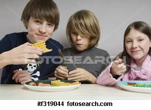 kids-eating-food_itf319044